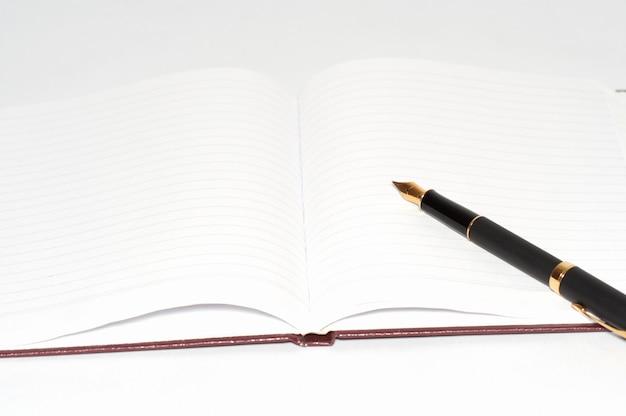 Caneta-tinteiro no bloco de notas