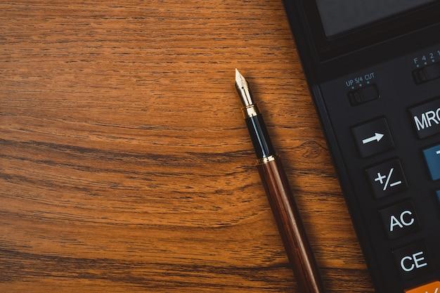 Caneta-tinteiro ou caneta de tinta com calculadora em madeira