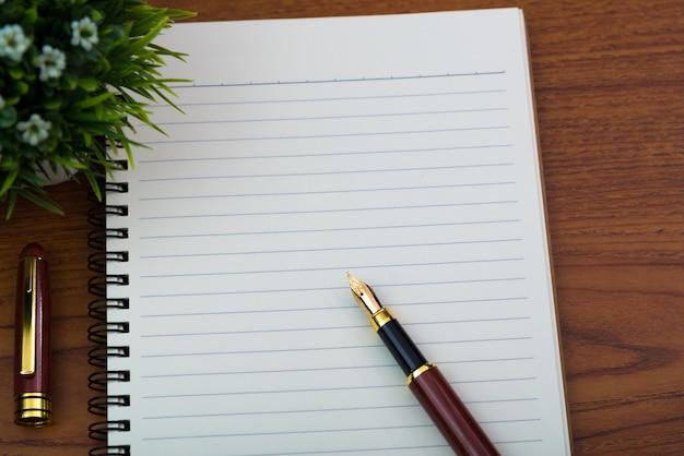 Caneta-tinteiro ou caneta de tinta com papel de caderno