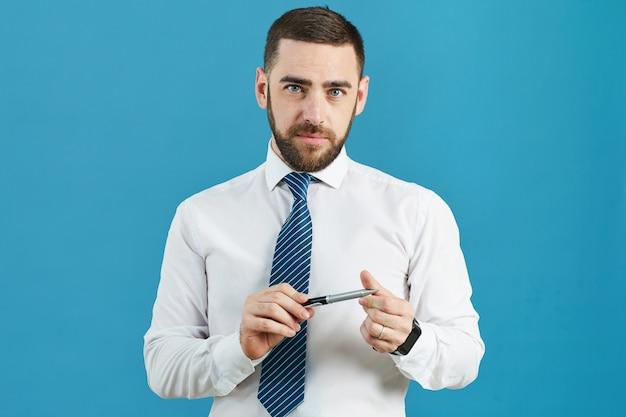 Caneta torcendo analista de negócios