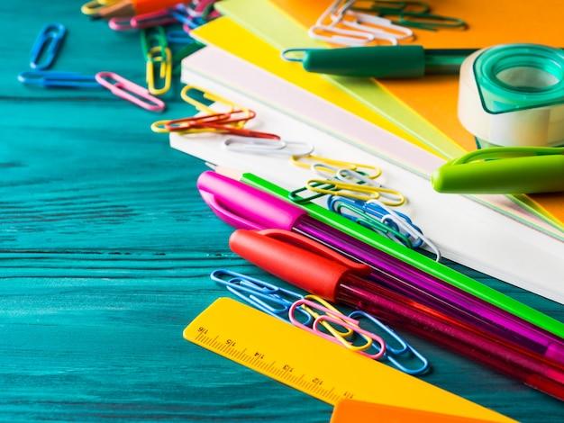 Canetas coloridas das ferramentas da escrita da escola dos artigos de papelaria