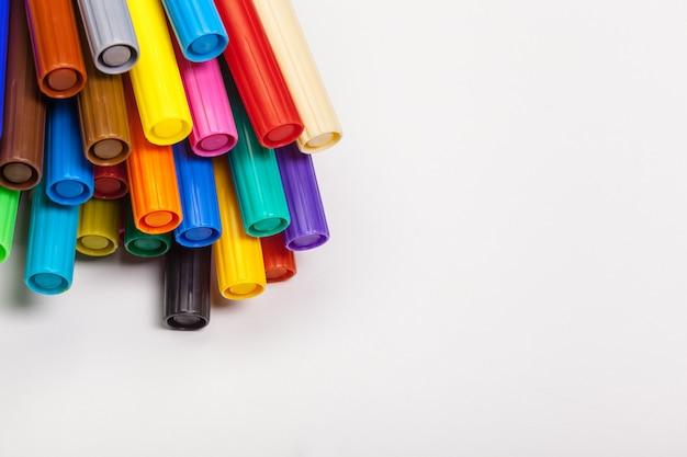 Canetas com ponta de feltro coloridos, isoladas em um fundo branco
