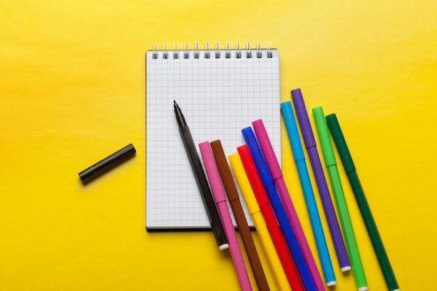 Canetas com ponta de feltro e bloco de notas em branco