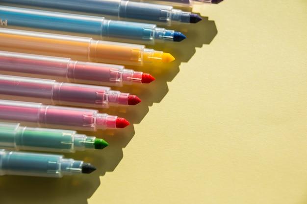 Canetas de cores sortidas em fundo branco