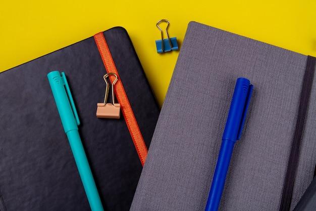 Canetas de feltro e clipes de papel nos livros.