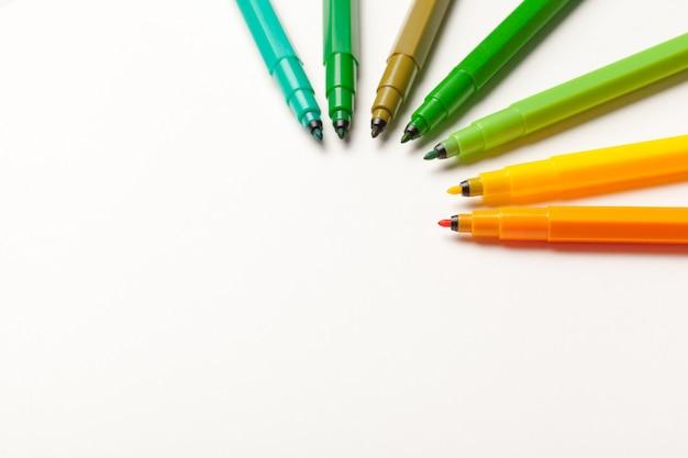 Canetas de ponta de feltro coloridas isoladas em um branco close-up
