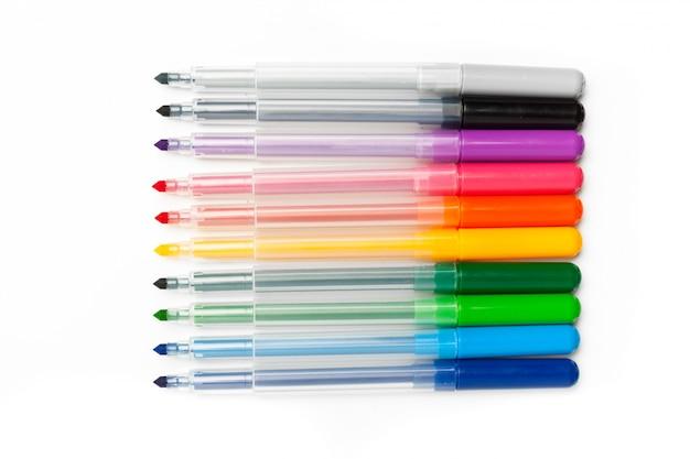 Canetas de ponta de feltro coloridas isoladas no branco