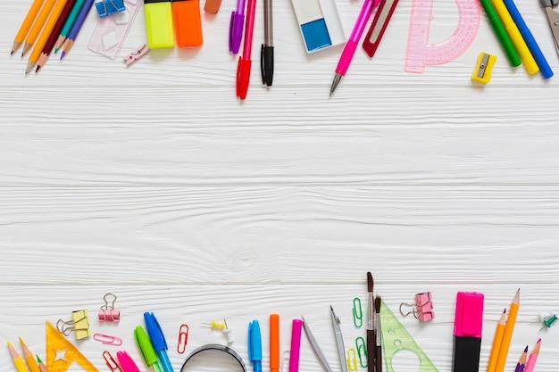 Canetas e lápis coloridos