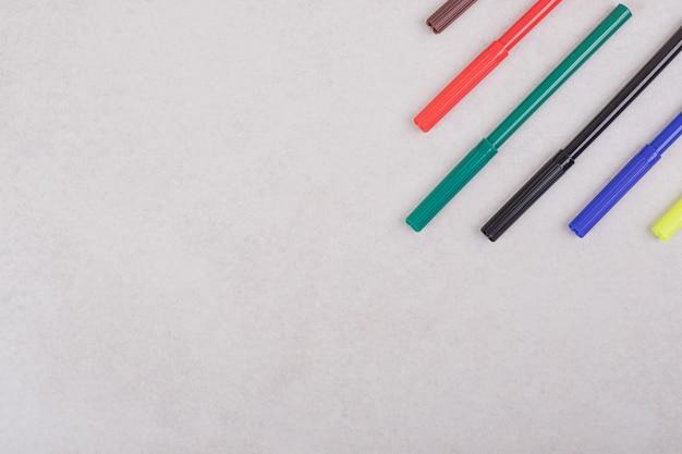 Canetas hidrocor coloridas em fundo branco