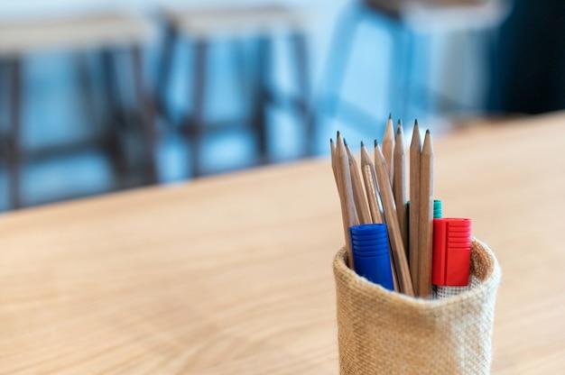 Canetas lápis e marcadores em sala de aula