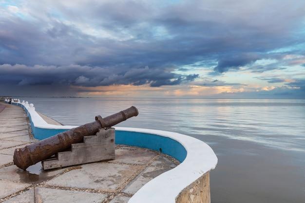 Canhão colonial em frente ao mar em campeche, méxico
