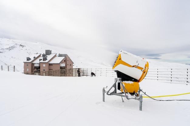 Canhão de neve em operação na serra nevada