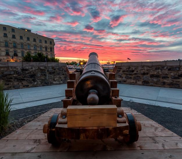 Canhão histórico ao nascer do sol na cidade velha de quebec