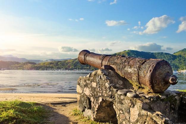 Canhão histórico usado para combater piratas em paraty, rio de janeiro, brasil.