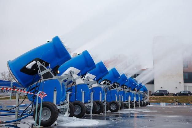 Canhões de neve artificiais produzindo neve em pó na cidade