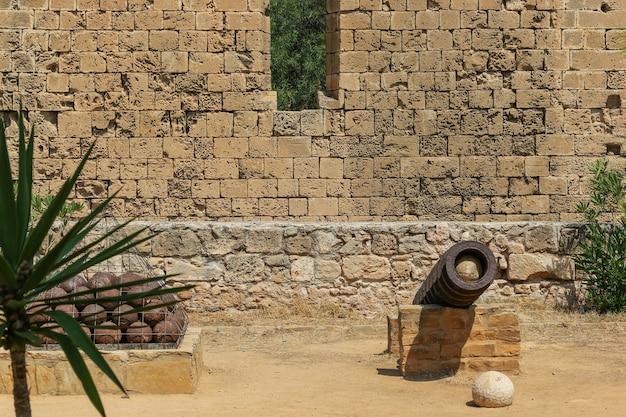 Canhões e balas de canhão nas ruínas da cidade em famagusta, na república turca do norte de chipre. ensolarado