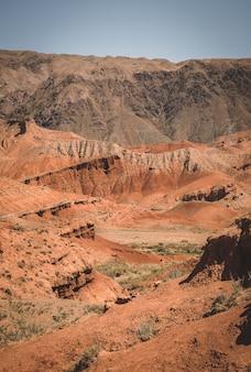 Cânion de argila vermelha do quirguistão konorchek
