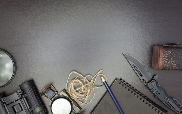 Canivete com bússola, papel, lápis, caderno, relógio de bolso, corda
