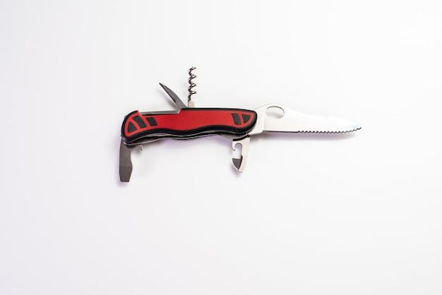 Canivete suíço aberto de múltiplos propósitos isolado no fundo branco.