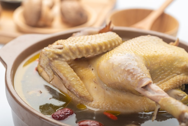 Canja de galinha cozida com ervas chinesas