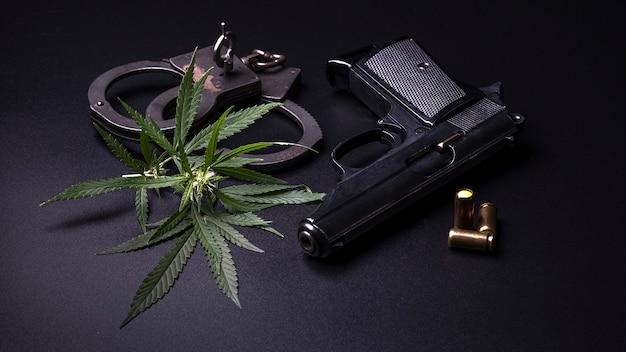 Cannabis deixa maconha, armas e algemas no escuro.