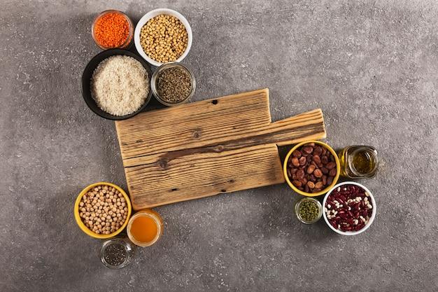 Cannabis, quinua, legumes, arroz, chia - fontes de proteínas e vitaminas na dieta, vista de cima
