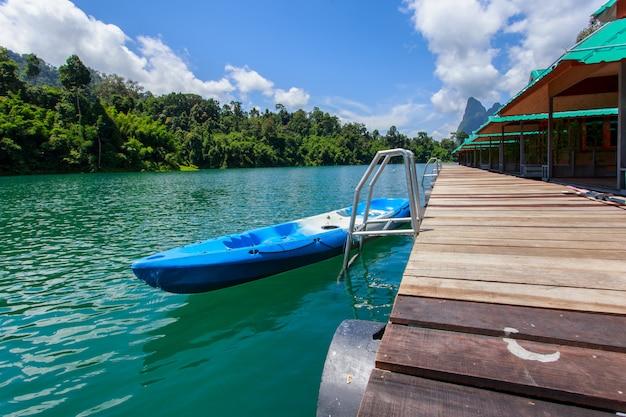 Canoa em uma bela floresta de montanhas do lago e rio natural atracções em ratchaprapha dam no parque nacional de khao sok