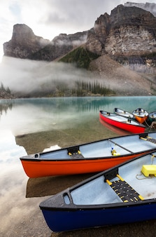 Canoa no lago em canadian rocky