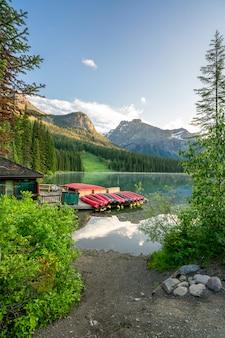 Canoas no lago esmeralda