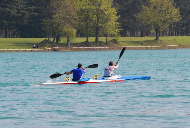Canoeiros no lago artificial