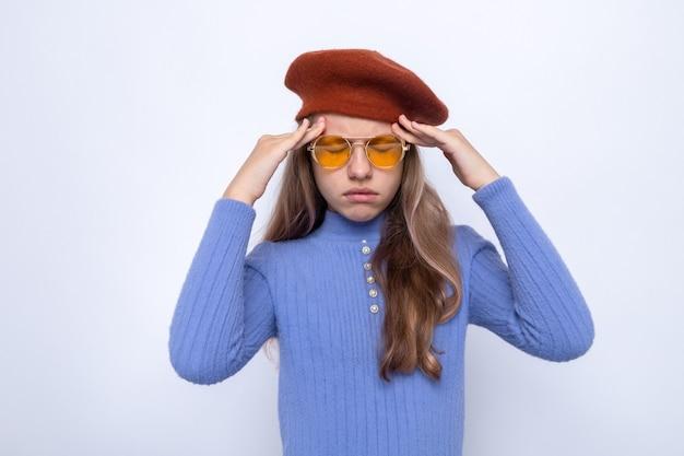 Cansado de olhos fechados, colocando os dedos na têmpora, linda garotinha de óculos com chapéu