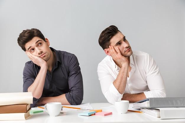 Cansado dois colegas homens de negócios jovens