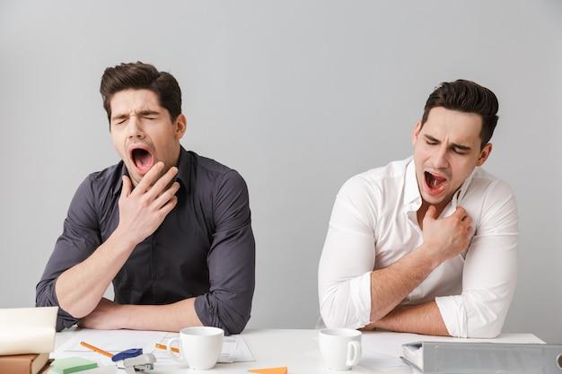 Cansado dois jovens homens de negócios