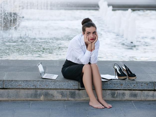 Cansado, exausto, frustrado, perturbado, problemas com mulheres de negócios
