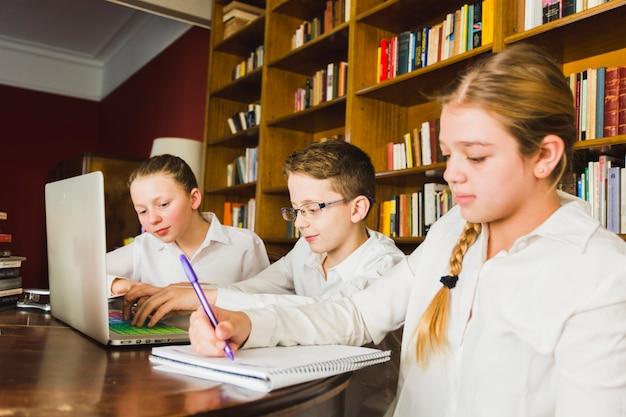 Cansado garota fazendo lição de casa com colegas
