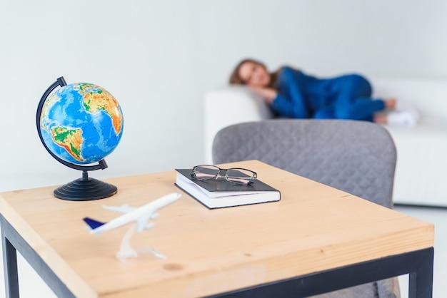 Cansado jovem aluna em roupas casuais dorme no sofá branco. linda mulher descansando após estudar duro ou dia de trabalho.