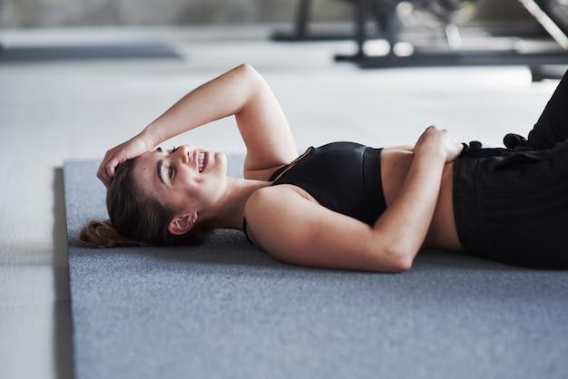 Cansado mas feliz. foto de uma linda mulher loira na academia no fim de semana