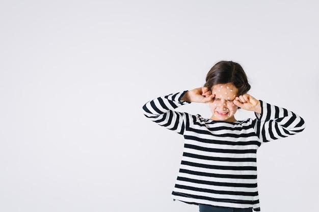 Cansado menina com erupção cutânea olhos