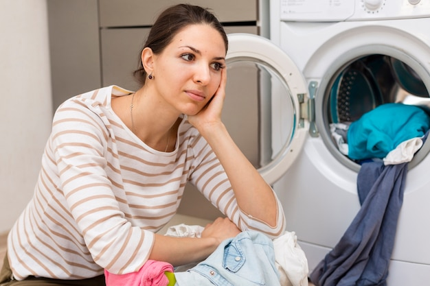 Cansado mulher lavando roupa