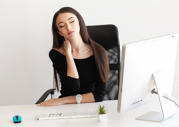 Cansado, mulher negócio, segurando, dela, pescoço
