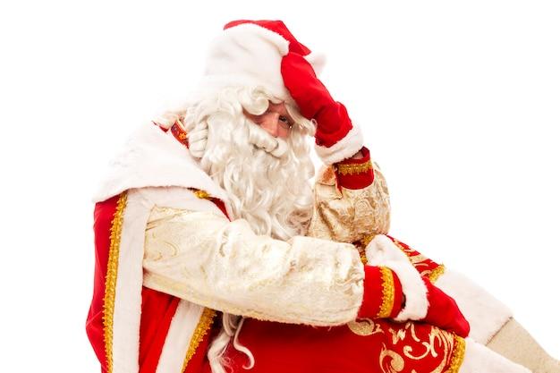 Cansado russo papai noel. período pós-feriado. isolado sobre o fundo branco