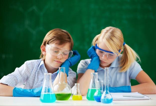 Cansados crianças no laboratório