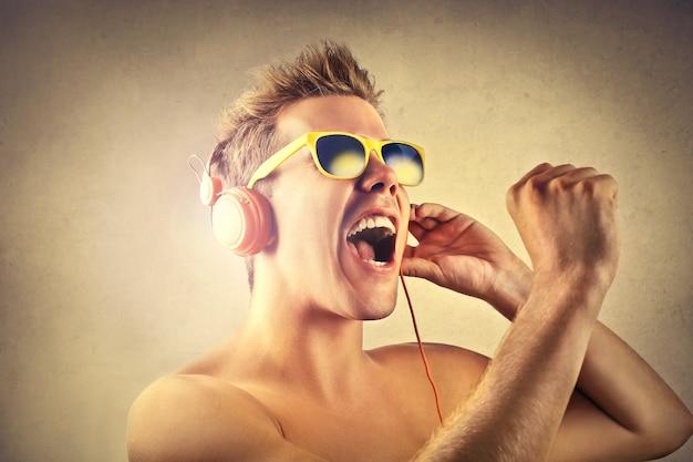Cantando e curtindo a música