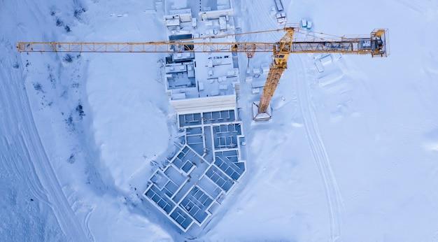 Canteiro de obras abandonado por neve