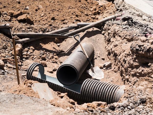 Canteiro de obras com canos escavados