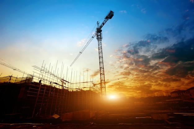 Canteiro de obras com vista para o pôr do sol
