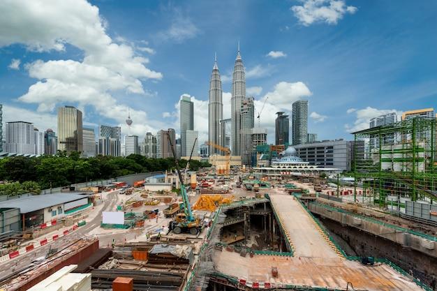 Canteiro de obras de construção com o horizonte da cidade de kuala lumpur e arranha-céus em kuala lumpur, malásia