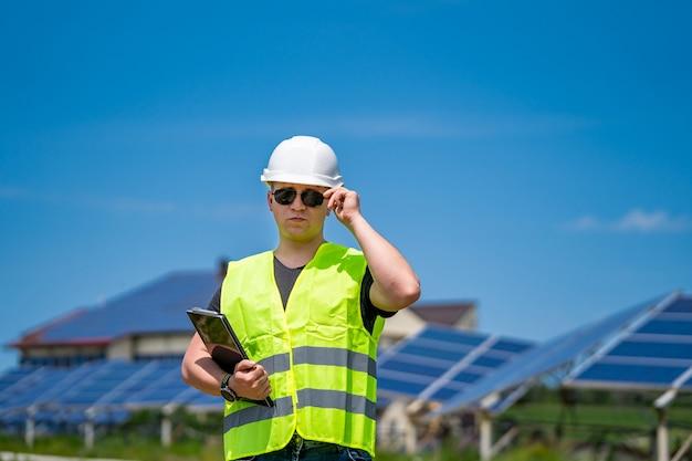 Canteiro de obras de energia fotovoltaica. engenheiro no trabalho.