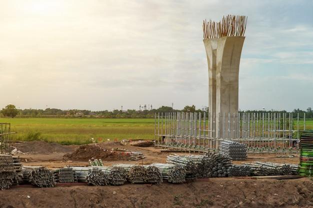 Canteiro de obras do pilar de expessway e andaimes para estrutura, o polo de infra-estrutura da rodovia