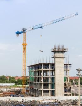 Canteiro de obras e guindastes de construção